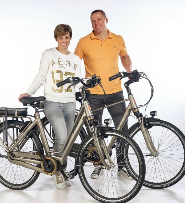 Marc en zijn vrouw met Jools fietsen